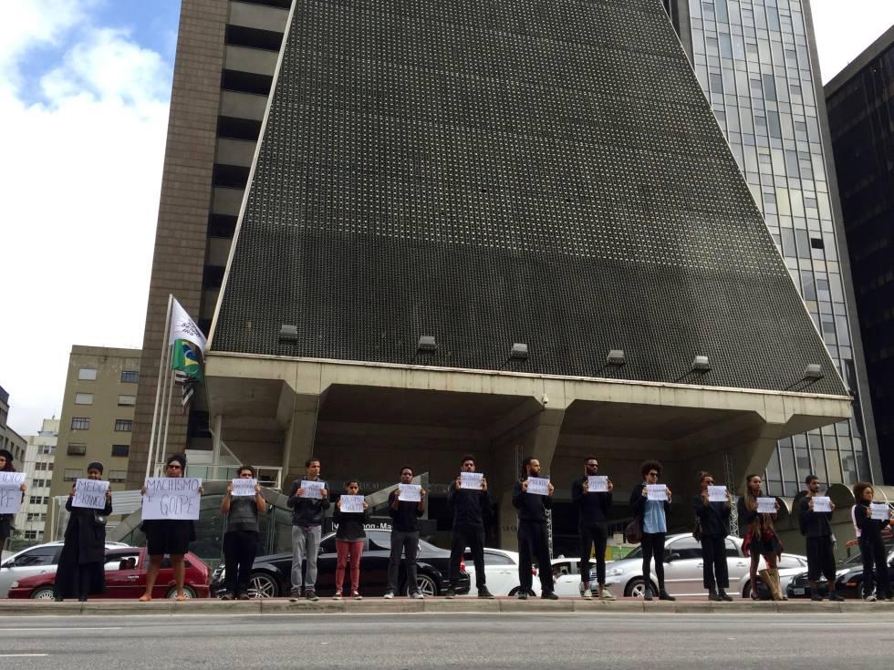 Manifestantes protestam em frente à sede da FIESP, na avenida Paulista.
