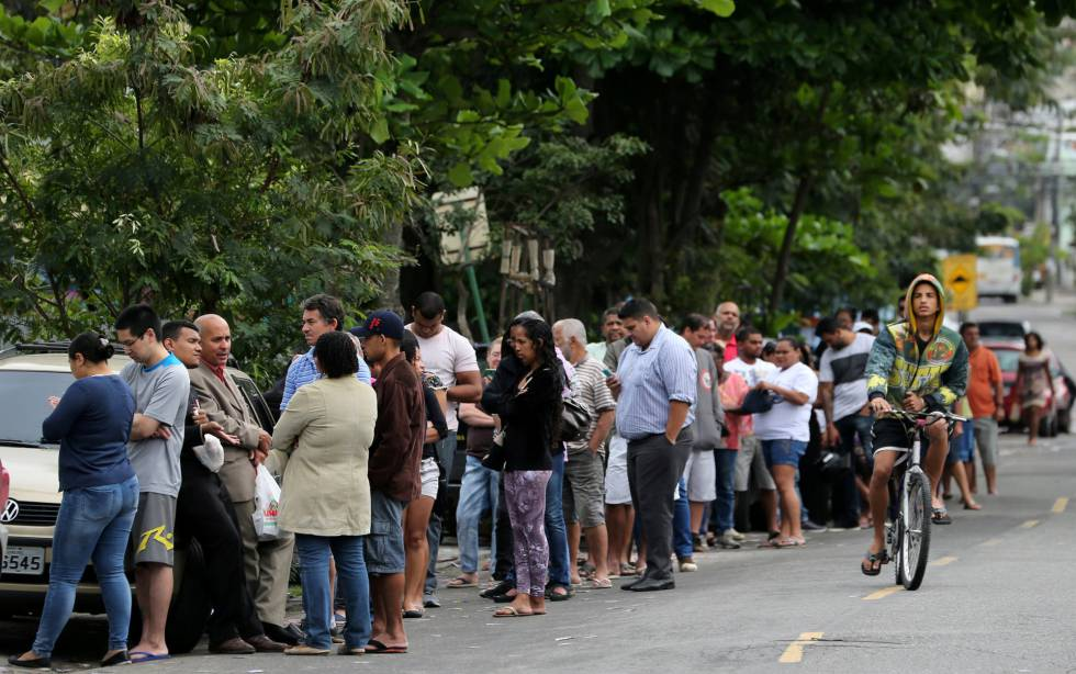 Fila para votar no primeiro turno das eleições municipais, no Rio de Janeiro.