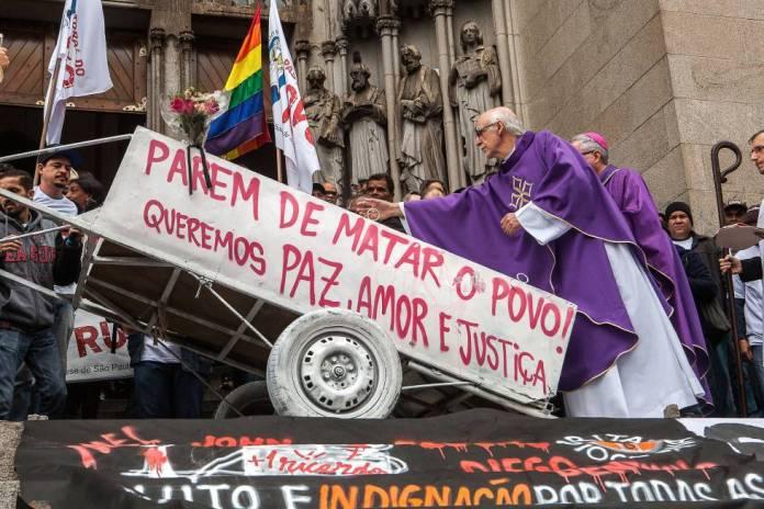 Padre Júlio Lancelotti, da Pastoral do Povo de Rua, abençoa a carroça de Ricardo Nascimento