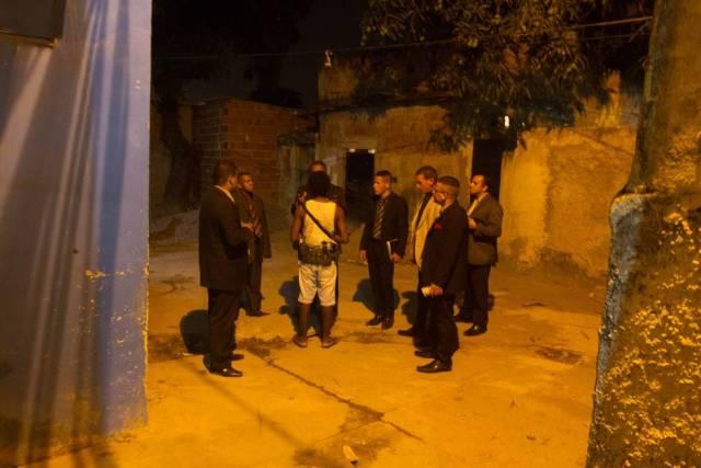 O pastor e seus 'alunos' percorrem as favelas do Rio pregando a palavra de Deus.