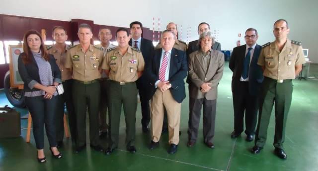 General Mourão (no centro da foto) ao lado de Tom Sarobe (de gravata listrada), na Espanha.