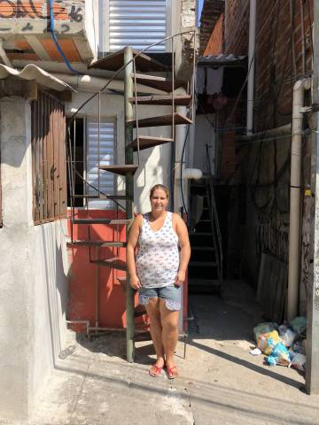 Priscilla Mourilo, na porta de sua casa em Heliópolis