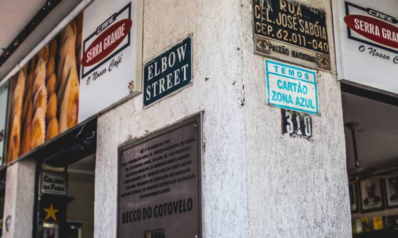 Placa do Beco do Cotovelo em inglês.