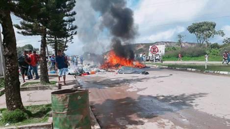 Brasileiros queimaram objetos pessoais e tendas de acampamento de imigrantes venezuelanos em protesto em Pacaraima, neste sábado.