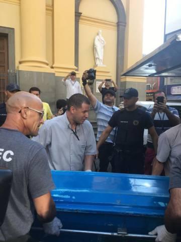 Autoridades retiram corpo da catedral.