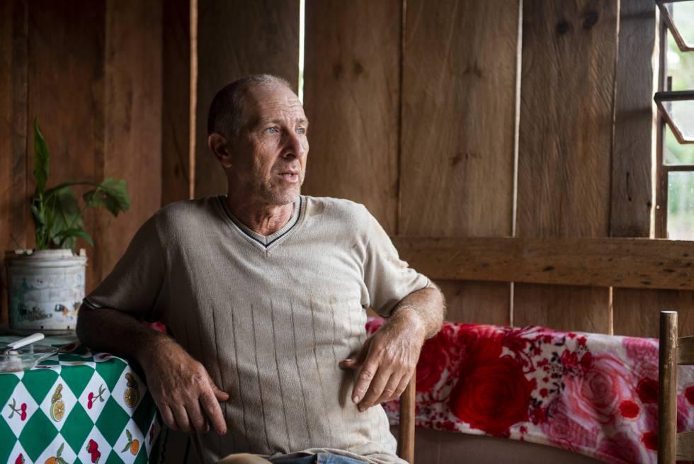 Claudir Antonio Bee, em sua casa no acampamento Herdeiros da Terra de 1º de Maio.