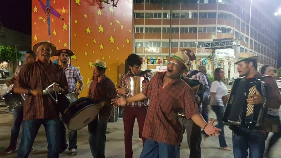 1560600178 437404 1560621865 noticia normal - CAVALHEIROS DE AZUL E DAMAS DE VESTIDO ROSA: 'Olha pro céu, meu amor, e esquece a picaretagem política' - Por Xico Sá