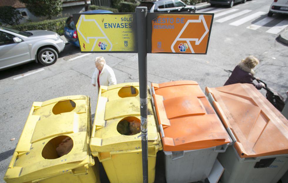 Contenedores de plásticos y de restos y residuos.