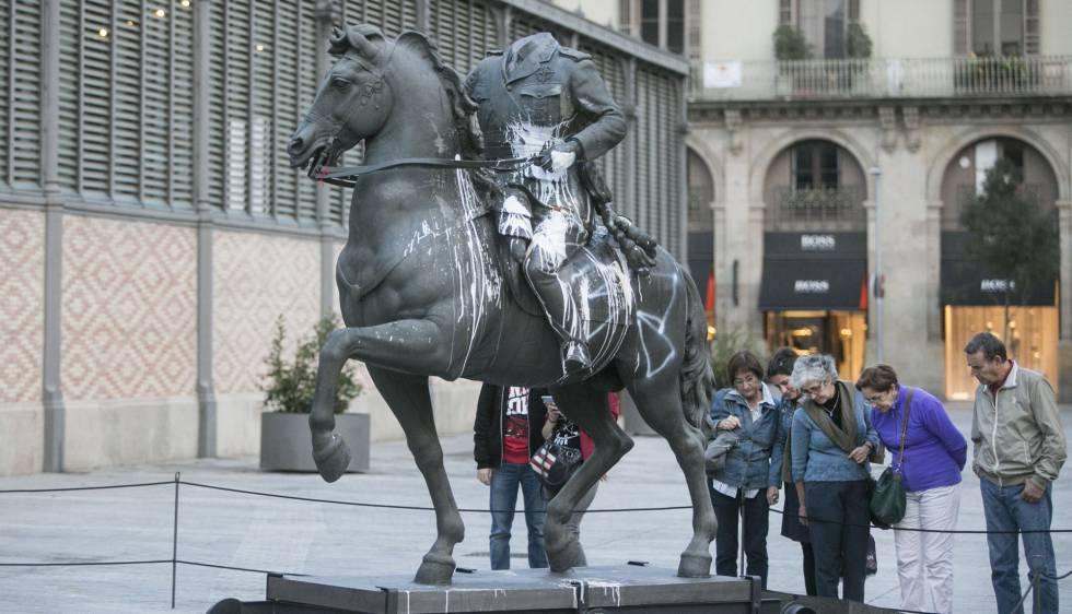 La estatua de Franco, cubierta de pintura y huevos.