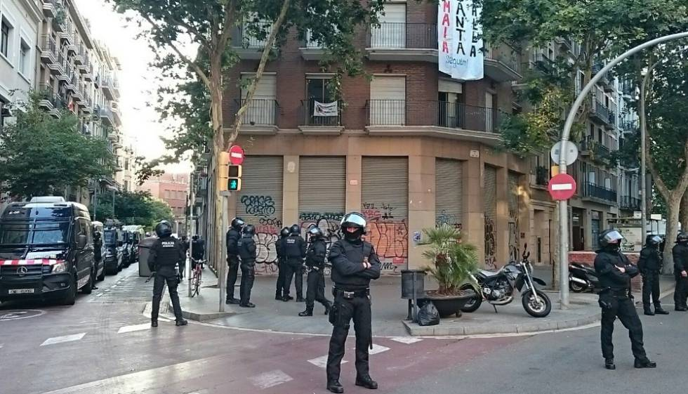 Agents antidisturbis de Mossos, davant l'edifici ocupat.