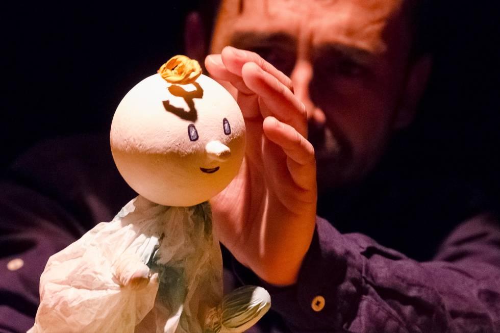 Un títere y su manipulador en la obra 'Kiti Kraft'.