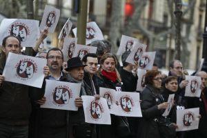 Trabajadores del Liceo de Barcelona protestan frente a las puertas del teatro.