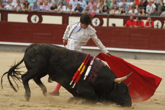 Juan del Álamo, en su primer toro de la tarde. / LUIS SEVILLANO para el pais.com
