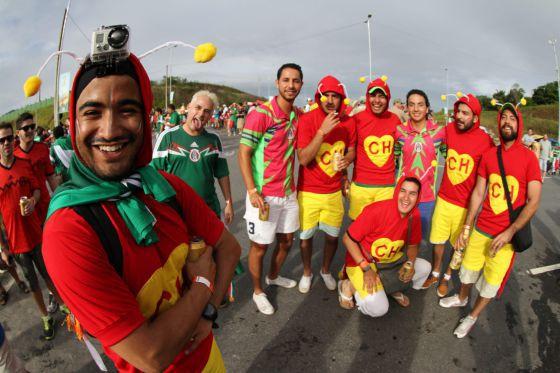 Aficionados mexicanos disfrazados como El Chapulín Colorado, en la Copa del Mundo de Brasil