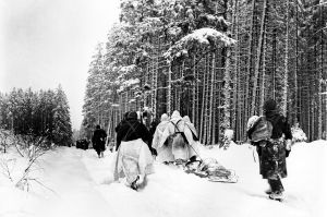 Soldados estadounidenses se desplazan en el frente durante la batalla de las Ardenas