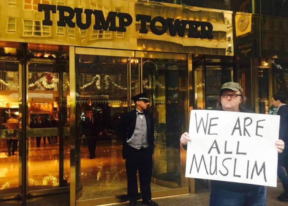Michael Moore se fotografió en diciembre de 2015 ante la Torre Trump.