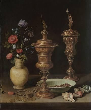 Bodegón de Clara Peeters que puede verse actualmente en la muestra que le dedica el Museo del Prado. El autorretrato múltiple de la pintora puede verse reflejado en la copa dorada de la derecha.