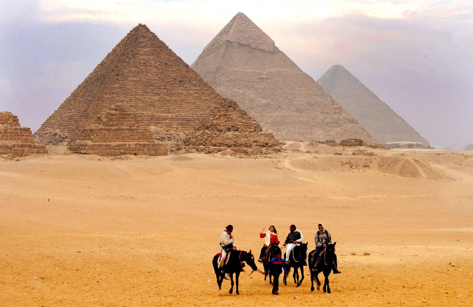 Turistas frente a las tres pirámides de Guiza. PRASIT CHANSAREEKORN Flickr Vision