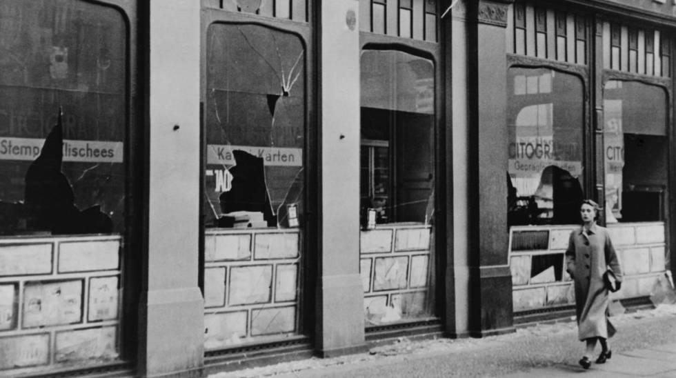 Ventanas de una imprenta judía destrozada tras la 'Noche de los cristales rotos', en 1938 en Berlín.
