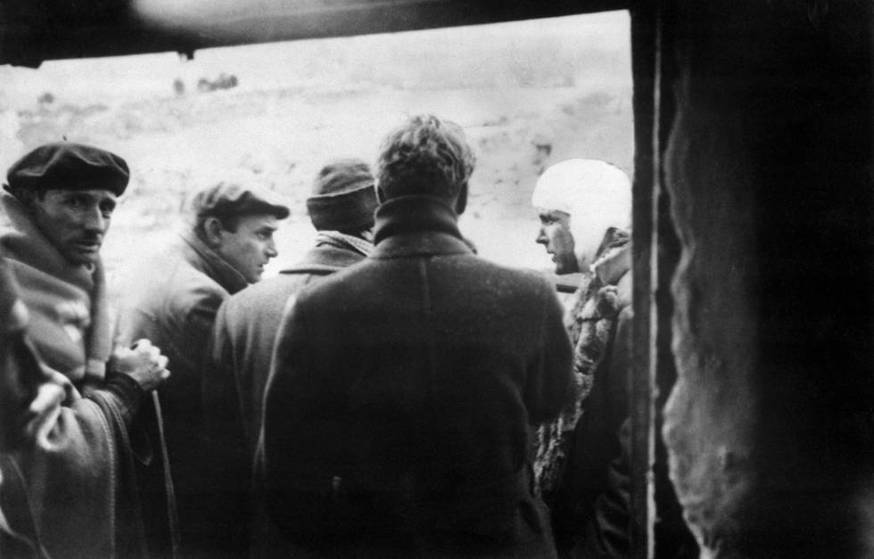 A la derecha de la imagen, Philby herido durante la Guerra Civil.