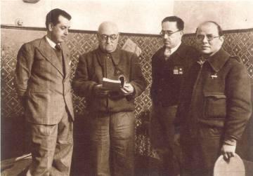 Desde de la izquierda, Antonio Otero Seco, general José Miaja, coronel Vicente Rojo y Elías Palma, con un ejemplar de la novela 'Gavroche en el parapeto'.