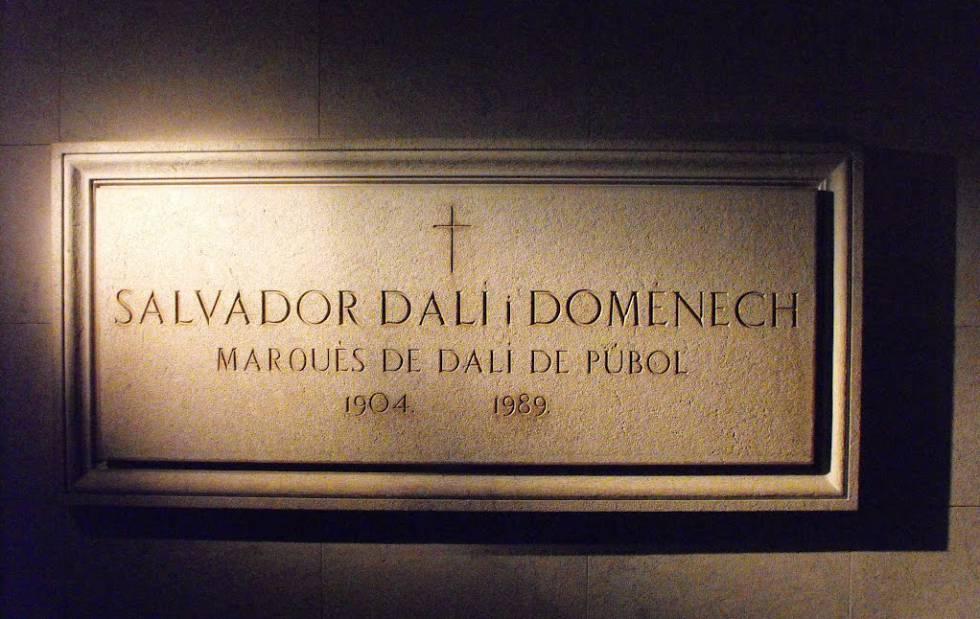 Lápida de la tumba de Salvador Dalí en el Teatro Museo de Figueres.