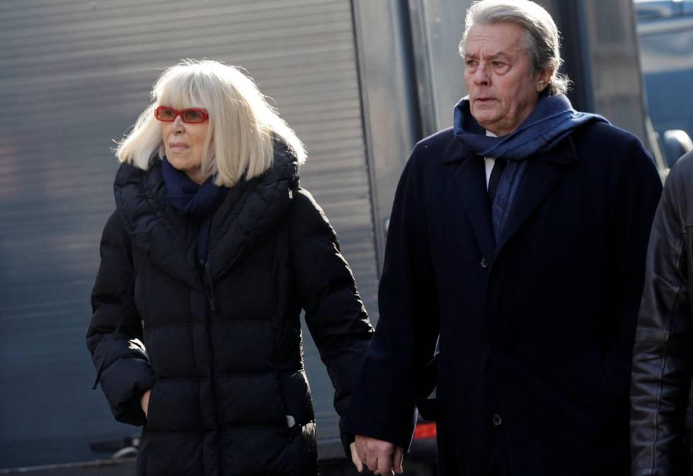Alain Delon y Mireille Darc en París en 2011.