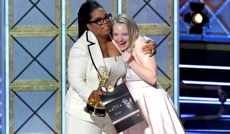 Oprah Winfrey entrega el Emmy a la mejor actriz a Elisabeth Moss por 'The handmaid's tale'.
