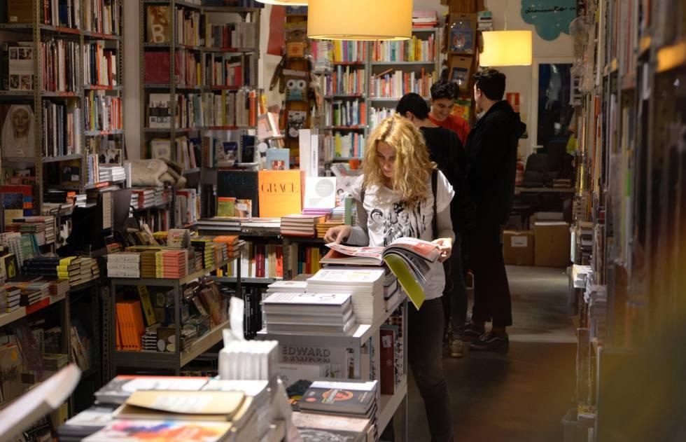 Clientes, hoy jueves, en la librería Panta Rhei, de Madrid.