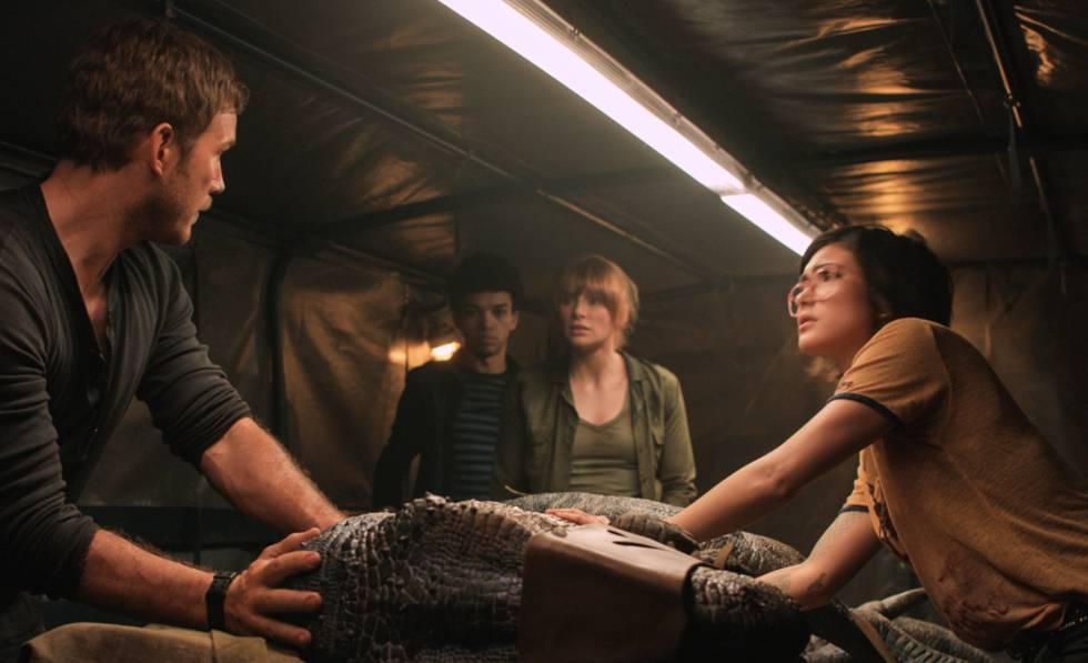 A la derecha, la paleoveterinaria Zia Rodríguez, interpretada por Daniella Pineda, en 'Jurassic World: el reino caído'.