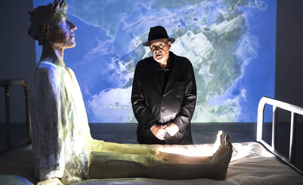 Reixa, en su muestra en Santiago, ante una escultura de Francisco Leiro, el pasado miércoles.rn