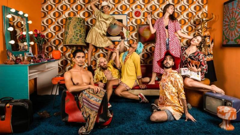 Bailarines y actores posan en El livingcito, del fotógrafo Marcos López.