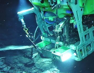 Robot submarino extrayendo muestras del yacimiento.