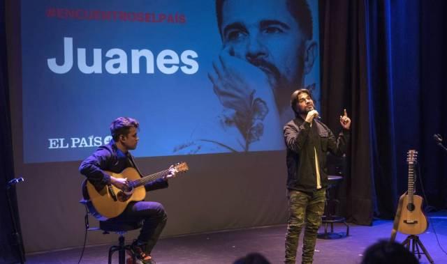 Juanes canta durante el encuentro con lectores de EL PAÍS.