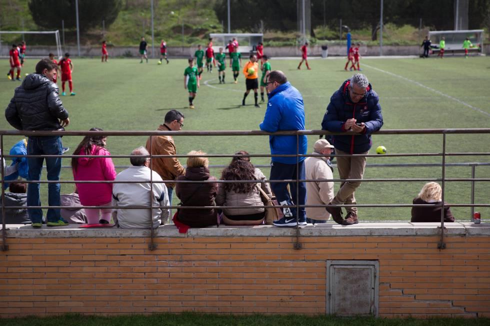 Un grupo de padres asiste a un partido de sus hijos en el sur de Madrid.