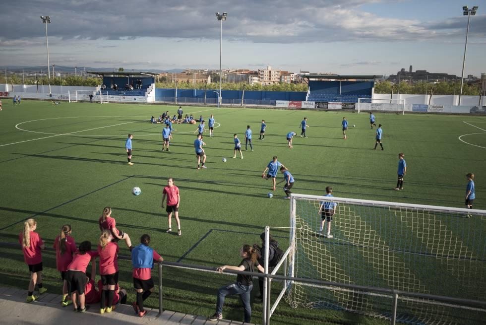 Instalaciones de la AEM Lleida, con niños y niñas de categoría infantil entrenando.