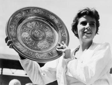 Bueno en 1959 tras recibir un trofeo en Wimbledon.