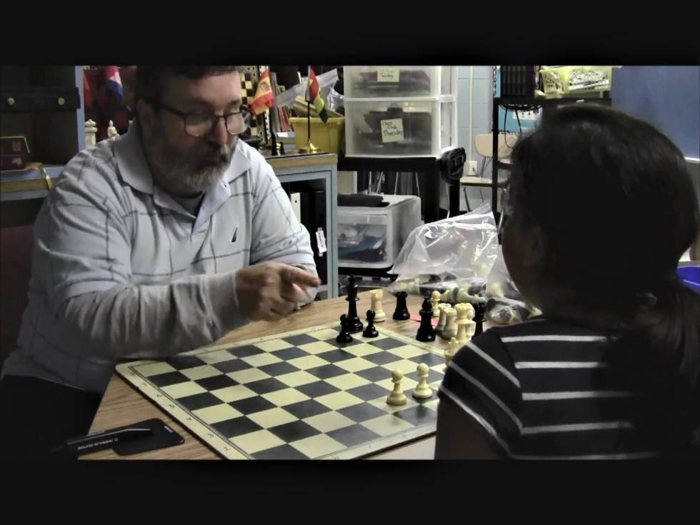 Fotograma de un vídeo en el que Fernando Moreno intenta ayudar, a través del ajedrez, a una alumna con problemas sociales por la separación de sus padres en Broad Acres (Maryland, EEUU)