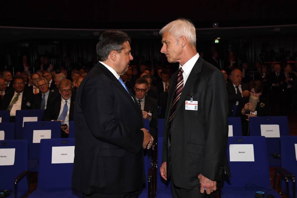 El ministro de Economía alemán, Sigmar Gabriel, y el presidente de Volkswagen, Matthias Müller, en la Feria de Hannover el pasado 24 de abril.