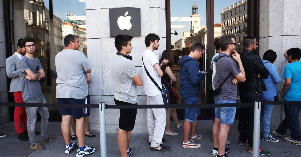 Unos jóvenes esperan en la Apple Store de Madrid ante el lanzamiento de un nuevo producto