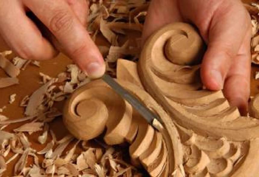 Artesano trabajando la madera.