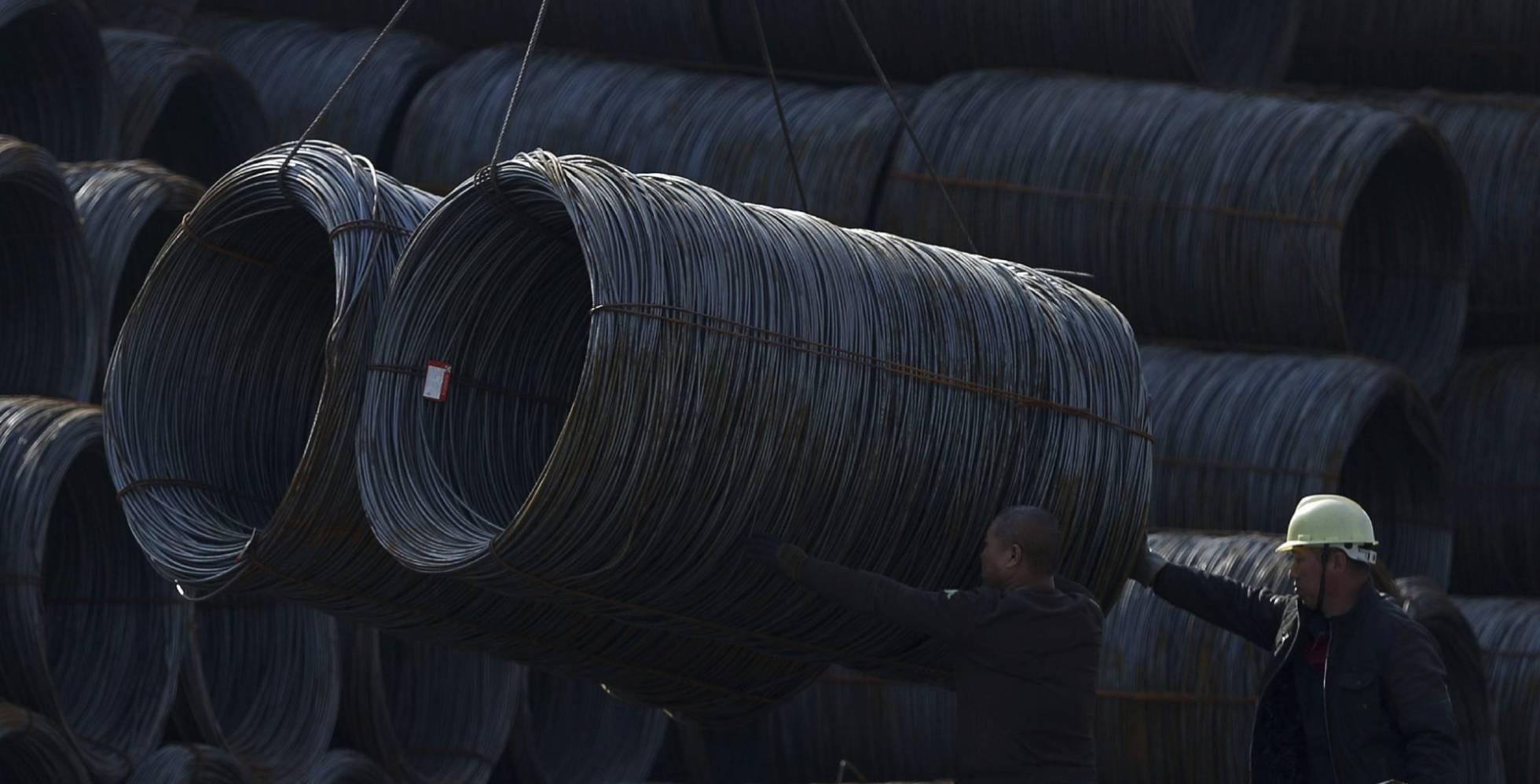 Dos obreros trabajan en una fábrica de acero en Shenyang, noreste de China.  EFE