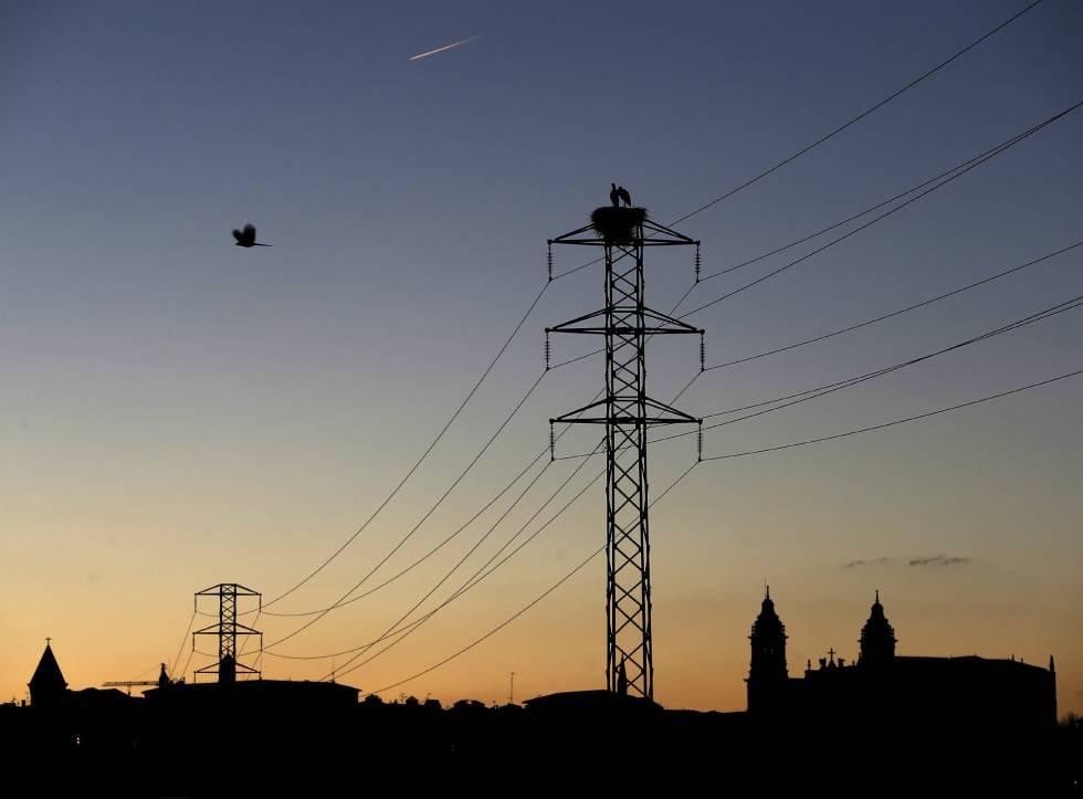 Una torre de un tendido eléctrico cercano a la Catedral de Pamplona