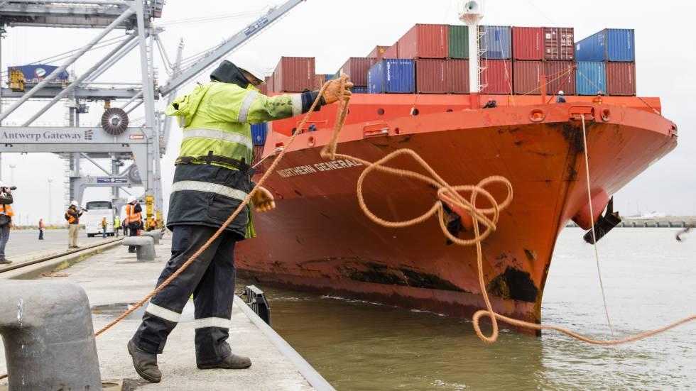 Un operario lanza un cabo en el puerto de Amberes.