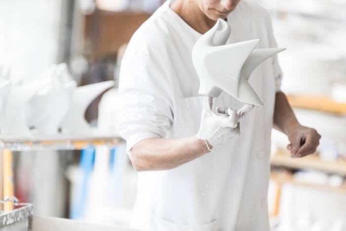 Una operaria da un baño a una de las piezas que fabrican