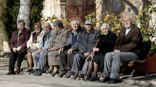 En la imagen, un grupo de ancianos.