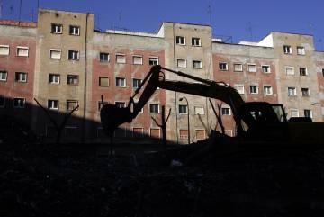 Demolición de los edificios afectados por aluminosis en el barrio del Turó de la Peira, en Barcelona.