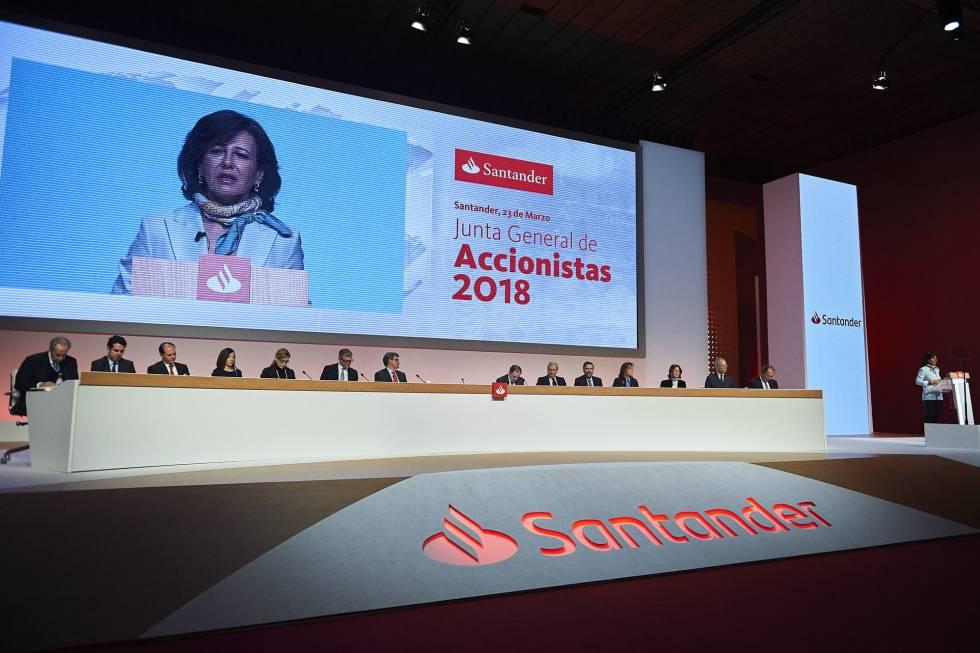 Imagend e la junta de accionistas del Santander. En el frontal del escenario, su nueva imagen de marca