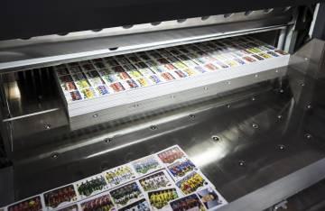 Máquinas de Panini con la impresión de los cromos del Mundial.