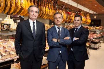 Los directores del grupo Uvesco, Eulogio Sánchez (izq.) y José Ramón Fernández de Barrena, y el director de gestión de tiendas, Miguel Ángel Zamorano.